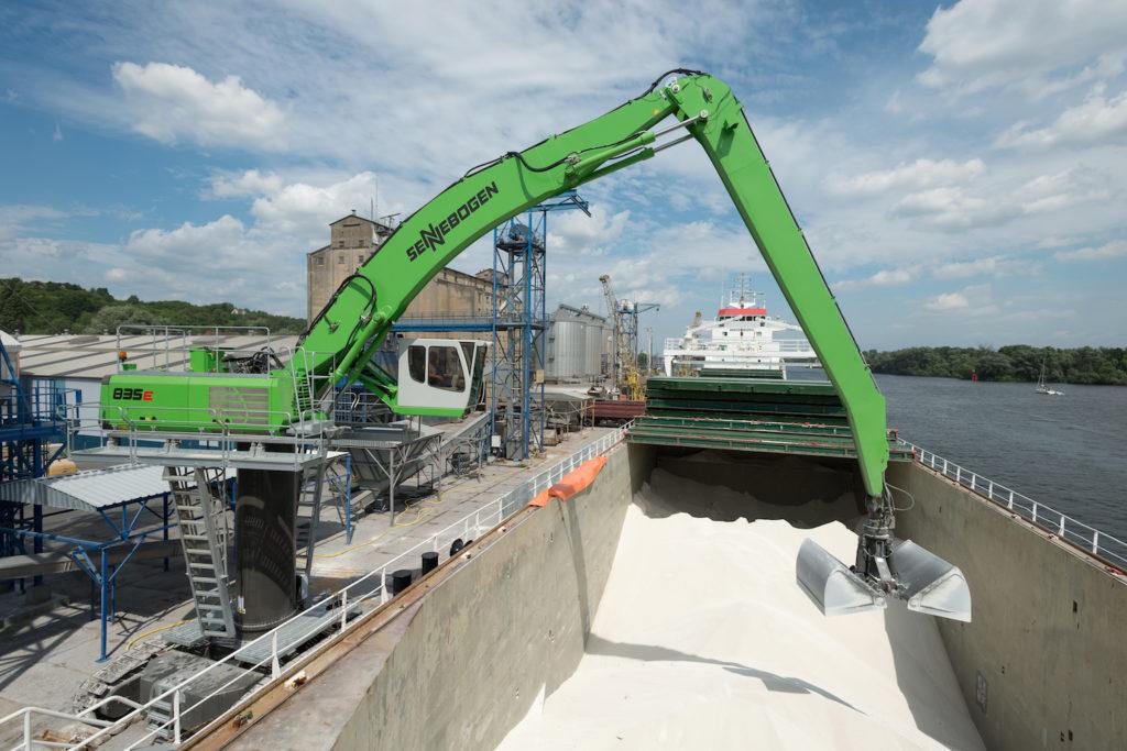 SENNEBOGEN_835_electric_material_handler_-_Port_handling_with_clamshell