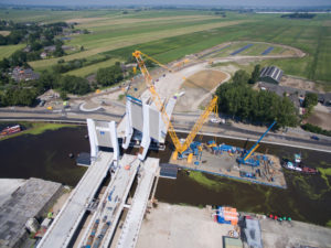 UNA DEMAG CC 3800-1 ALL'OPERA SULL'ACQUA - Sollevare - CC 3800-1 Demag fiume Hollandia Infra ponte Queen Maxima Bridge Sarens Group - case history Gru cingolate News