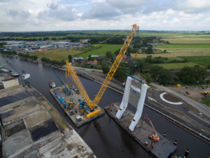 UNA DEMAG CC 3800-1 ALL'OPERA SULL'ACQUA - Sollevare - CC 3800-1 Demag fiume Hollandia Infra ponte Queen Maxima Bridge Sarens Group - case history Gru cingolate News 3