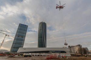UNA GRU NIEDERSTÄTTER SULLA TORRE HADID DI MILANO - Sollevare -  - News
