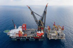 SOLLEVAMENTO DA RECORD PER LA SLEIPNIR, LA PIU' GRANDE CRANE-VESSEL DEL MONDO - Sollevare - heerema Noble Energy Sembcorp Marine - Gru offshore